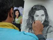 Художник-портретист рисует графические портреты